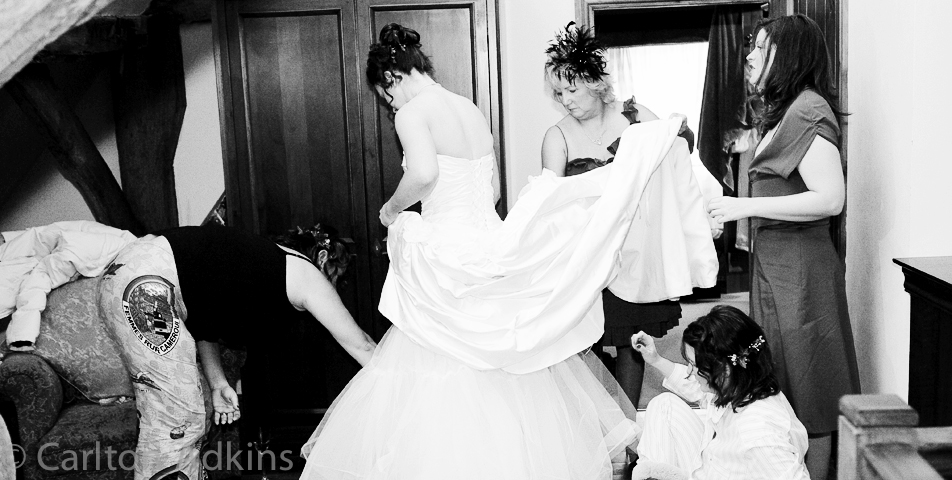 reportage wedding photography of the bride getting ready
