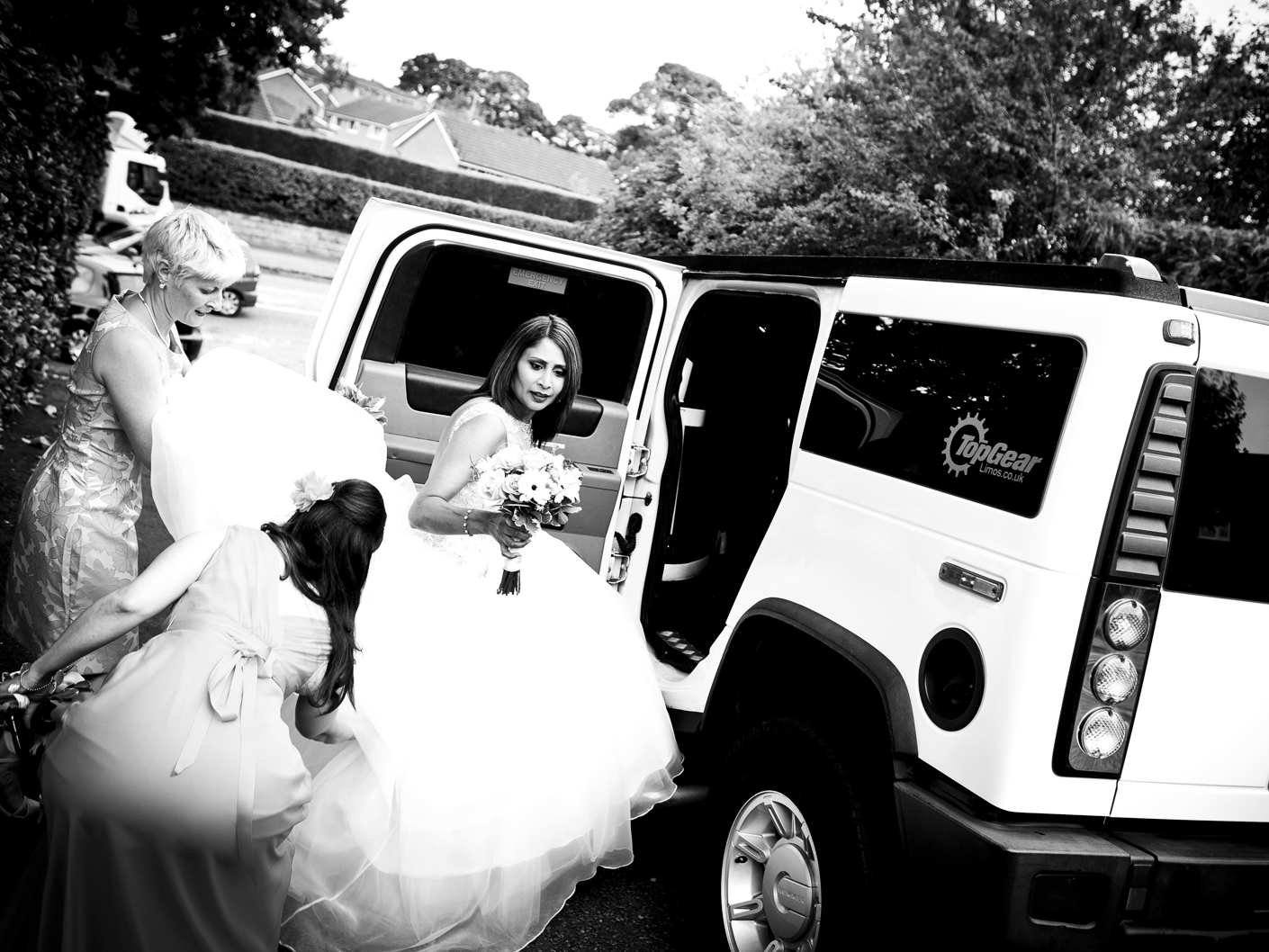 wedding-photography-of-the-bride-and-the-wedding-car-in-cheshire