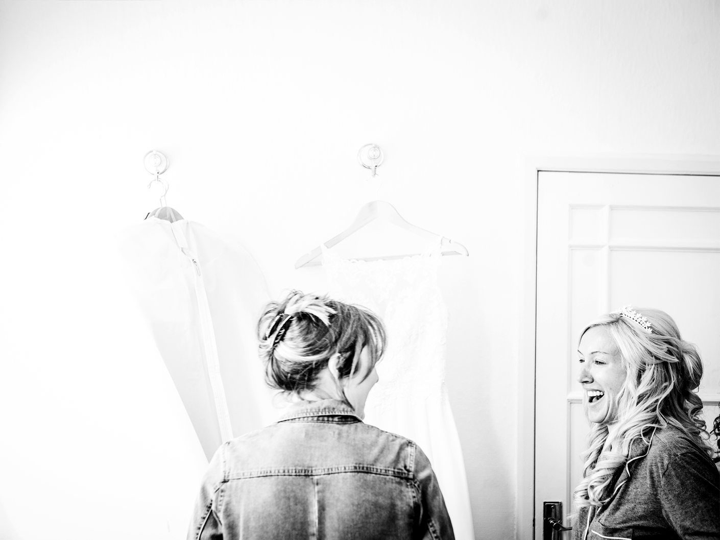 photography-of-the-bride-and-bridesmaid-getting-ready-in-knutsford-cheshire