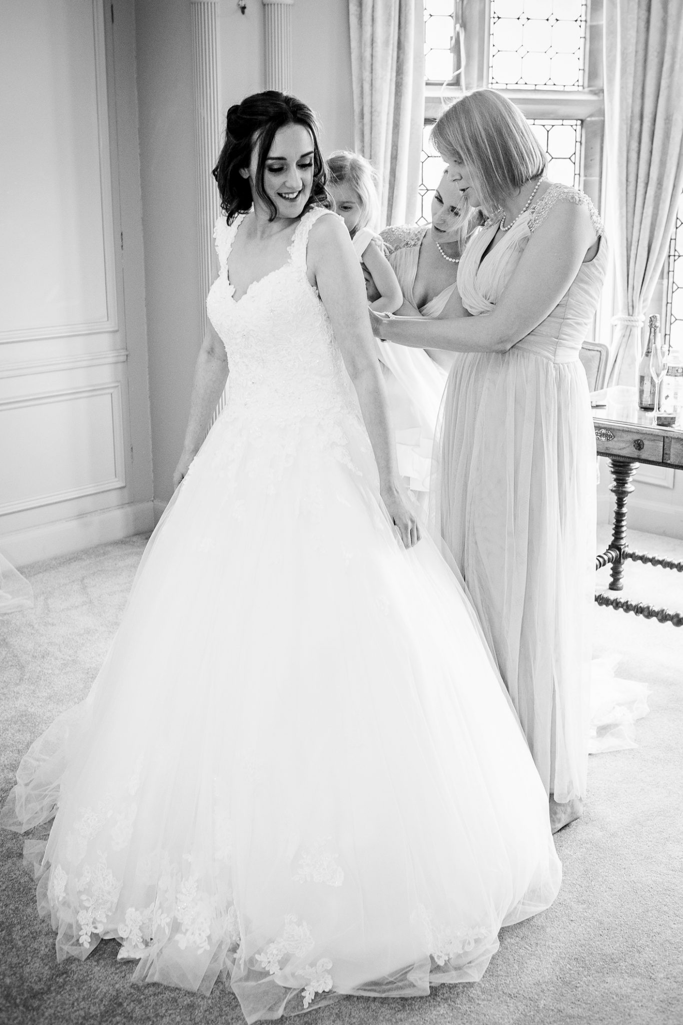 wedding-photography-of-the-bride-getting-ready-at-thornton-manor