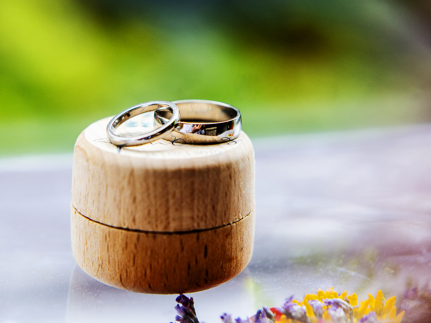 photography-of-the-wedding-rings-in-manchester
