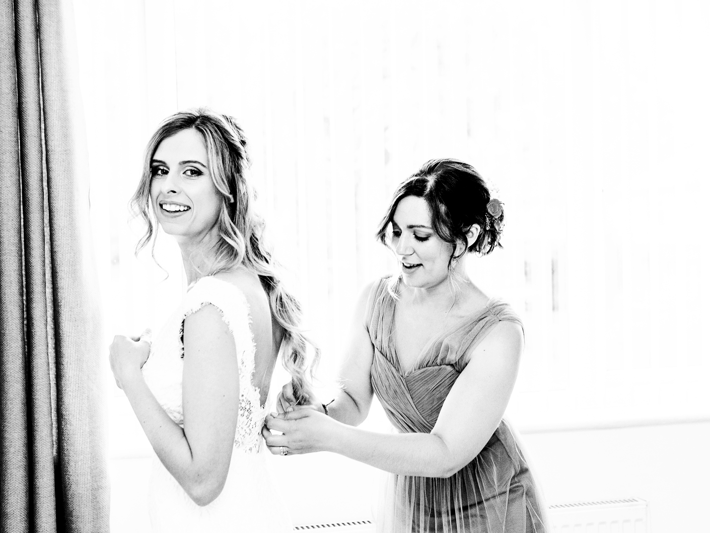 the-bride-and-bridesmaid-getting-ready-in-Didsbury-manchester