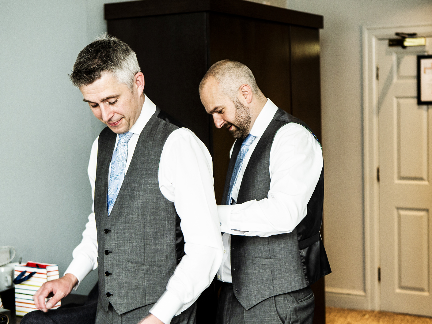 photography-of-the-groom-and-best-man-getting-ready-at-mottram-hall-cheshire