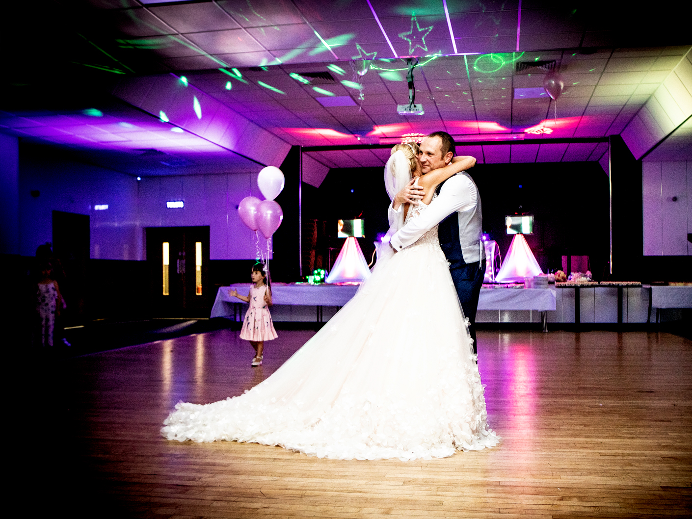 wedding-photography-of-the-first-dance-in-cheshire